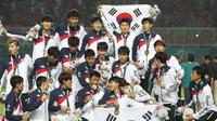 Timnas Korea Selatan U-23 saat prosesi pengalungan medali emas di Asian Games 2018 di Stadion Pakansari, Cibinong, Sabtu (1/9/2018). (Bola.com/Dok. INASGOC)