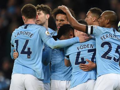 Selebrasi gol Manchester City yang dicetak Leroy Sane pada laga lanjutan Premier League yang berlangsung di Stadion Etihad, Manchester, Kamis (4/4). Manchester City menang 2-0 atas Cardiff City. (AFP/Oli Scarff)