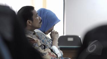 Walikota nonaktif Kota Palembang, Romi Herton bersama Istri, Masyito mendengarkan pembacaan vonis saat menjalani sidang di Pengadilan Tipikor, Jakarta, Senin (9/3/2015). (Liputan6.com/Andrian M Tunay)