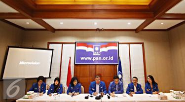 Wakil Ketua Umum PAN Bara Hasibuan (tengah) bersama Hanafi Rais (ketiga kanan) dan jajaran pengurus PAN lainnya memberikan keterangan dalam acara refleksi akhir tahun di Kantor DPP PAN, Jakarta, Selasa (29/12). (Liputan6.com/Immanuel Antonius)