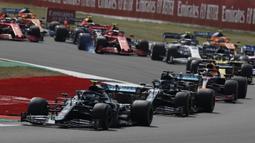 Pembalap Mercedes Valtteri Bottas (kiri) mengemudikan mobilnya pada 70th Anniversary Formula 1 Grand Prix di Sirkuit Silverstone, Silverstone, Inggris, Minggu (9/8/2020). Max Verstappen sukses menjadi yang tercepat dalam F1 GP Silverstone 2020. (AP Photo/Frank Augstein, Pool)