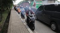 Sejumlah pengendara motor melawan arah saat terjadi kemacetan di Jalan Daan Mogot, Jakarta, Jumat (23/3). Tindakan tersebut dapat membahayakan diri sendiri dan pengendara yang lain. Selain itu juga menambah kemacetan. (Liputan6.com/Arya Manggala)