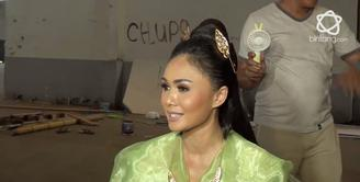 Yuni Shara sedang mempersiapkan kolaborasi Di Balik Lensa bersama para Artis.