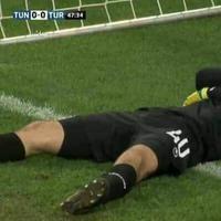 Kiper ini rela pura-pura cedera di tengah pertandingan agar pemain lain bisa menikmati waktu buka puasa. (Sumber Foto: Kapanlagi.com)