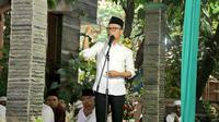 Menteri Ketenagakerjaan M. Hanif Dhakiri saat berbuka puasa di Kranji, kota Bekasi, Jawa Barat.