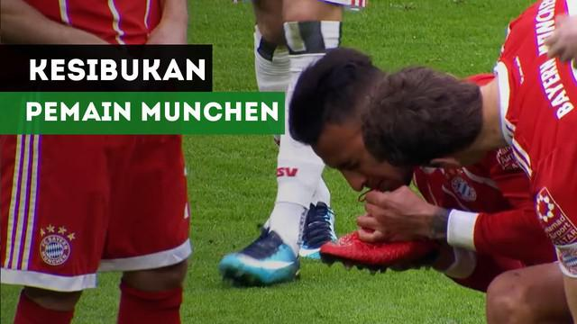 Corentin Tolisso dan Franck Ribery sibuk urusi tali sepatu saat Bayern Munchen hadapi Hamburg, Sabtu (10/3/2018)