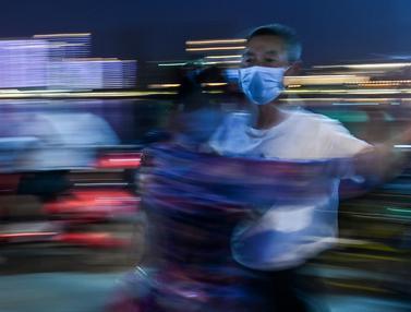 Asyik, Ratusan Pasangan Menari di Sungai Yangtze Wuhan