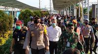Kapolda Jawa Barat Irjen Pol Rudy Sufahriadi bersama Panglima Kodam III/Siliwangi Mayjen TNI Nugroho Budi Wiryanto di Stasiun Bogor, Rabu (15/4/2020). (Liputan6.com/ Achmad Sudarno)