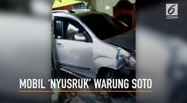Sebuah mobil hilang kendali dan menabrak warung soto di Cilacap, Jawa Tengah.