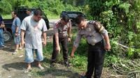 Sejumlah aparat kepolisian melakukan olah TKP di lokasi kejadian perampokan di Kabupaten Bungo, Jambi. (Foto: Dok Polres Bungo/B Santoso)