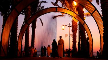 Pengunjung menikmati pantai Laut Merah dengan pemandangan Air Mancur Raja Fahd di Jeddah, Arab Saudi, Jumat (18/10/2019). Air Mancur Raja Fahd atau King Fahd's Fountain disebut juga dengan nama The Jeddah Fountain. (AP Photo/Amr Nabil)
