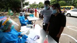 Staf medis mengumpulkan data kondisi kesehatan warga dalam kampanye pemeriksaan kesehatan dan pelacakan kontak di Yangon, Myanmar, pada 8 September 2020. Myanmar melaporkan 92 kasus baru COVID-19 pada Selasa (8/9) pagi waktu setempat. (Xinhua/U Aung)