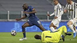 Pemain Porto, Moussa Marega, melewati kiper Juventus, Wojciech Szczesny, pada laga Liga Champions di Stadion  Allianz, Rabu (10/3/2021). Juventus tersingkir karena skor agregat 4-4. (AP/Luca Bruno)