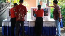 Penghuni Panti Sosial Bina Laras Harapan Sentosa (PSBLHS) 2 menggunakan hak pilihnya dalam pemilu serentak di Cipayung, Jakarta Timur, Rabu (17/4). Pada Pemilu 2019, total pemilih dengan disabilitas grahita dan mental yang masuk DPT berjumlah 54.295 pemilih. (Liputan6.com/Immanuel Antonius)