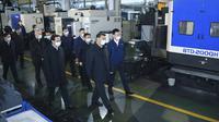 Presiden China Xi Jinping saat mengunjungi kawasan industri otomotif di Ningbo, Provinsi Zhejiang, China, Minggu (29/3/2020). Pemerintah China tengah berupaya memulai kembali industrinya setelah wabah virus corona COVID-19 mereda di negaranya. (Shen Hong/Xinhua via AP)