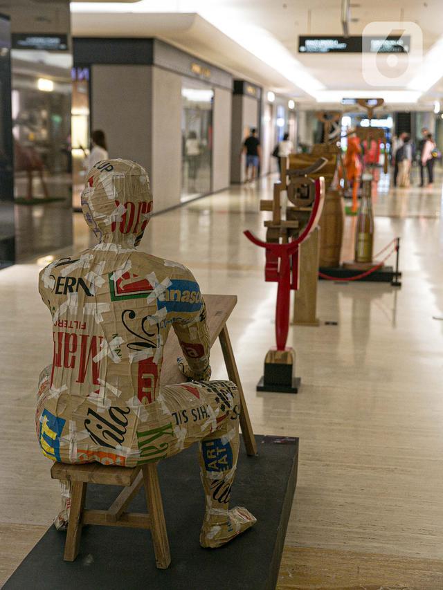 Seni instalasi yang dipamerkan dalam pameran 'Seni yang Tidak Pernah Pudar' di Plaza Indonesia, Jakarta, Senin (15/3/2021). Sebanyak 43 karya dari 21 seniman tersebut merupakan rangkaian acara yang bertemakan '31 Years & Fabulous'. (Liputan6.com/Faizal Fanani)