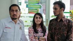 Tessa Kaunang (tengah) didampingi kuasa hukumnya Sunan Kalijaga saat menggelar mediasi di Pengadilan Negeri Jakarta Selatan, Kamis (1/3). Sunan Kalijaga mengisyarakatkan adanya perdamaian di antara pihak Sandy maupun Tessa. (Liputan6.com/Pool/Adrian)