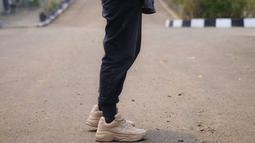 Istri Hanung Bramantyo ini tampil modis dan casual dengan hoodie serta kacamata hitam yang ia pakai. Dilengkapi sepatu kets, penampilannya kece banget.(Liputan6.com/IG/@zaskiadyamecca)