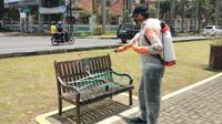 Tim Satgas Covid-19 Kota Malang menyemprotkan cairan disinfektan di kursi dan fasilitas umum lainnya. Kursi taman juga dipasang tali agar tak digunakan warga (Humas Pemkot)