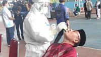 Petugas medis Covid-19 di Riau melakukan tes swab kepada salah satu warga di Pekanbaru. (Liputan6.com/M Syukur)