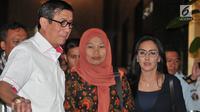 Menkumham Yasonna Laoly (kiri) bersama terpidana kasus pelanggaran ITE Baiq Nuril (tengah) dan Rieke Diah Pitaloka usai mengadakan pertemuan di Kantor Menkumham, Jakarta, Senin (8/7/2019). Baiq Nuril menemui Yasonna Laoly setelah upaya PK dirinya ditolak MA. (merdeka.com/Iqbal Nugroho)