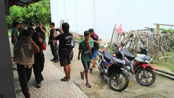 Siswa-siswa di Kabupaten Konawe kedapatan warga dan polisi berada di dalam satu kamar kos, Sabtu (27/4/2019).(Liputan6.com/ Ahmad Fua)