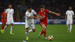 Gelandang Wales, Daniel James, berebut bola dengan gelandang Azerbaijan, Gara Garayev, pada laga Kualifikasi Piala Eropa 2020 di Cardiff City Stadium, Cardiff, Jumat (6/9). Wales menang 2-1 atas Azerbaijan. (AFP/Geoff Caddick)