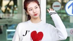 Jadi aktris terkenal, tak heran jika Bae Suzy sering mengubah penampilannya terutama gaya rambut. Tuntutan peran, ia pernah memotong pendek rambutnya hingga mewarnainya. Seperti penampilannya dengan gaya rambut warna red-wine ini. (Liputan6.com/IG/@ skuukzky)