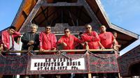 Sekjen PDIP Hasto Kristiyanto saat di atas Kapal Wisata Pemkab Toba Samosir mengitari Danau Toba. (Liputan6.com/Putu Merta Surya Putra)