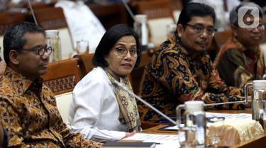 Menteri Keuangan Sri Mulyani (kedua kiri) saat mengikuti rapat kerja dengan Komisi XI DPR RI di Gedung Nusantara I, Jakarta, Senin (4/11/2019). Ini merupakan rapat perdana Menkeu dengan Komisi XI DPR RI. (Liputan6.com/JohanTallo)