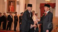 Presiden Joko Widodo saat berjabat tangan dengan Ardan Adiperdana, yang telah dilantik sebagai Kepala BPKP, di Istana Negara, Jumat (13/3/2015). (Liputan6.com/Faizal Fanani)