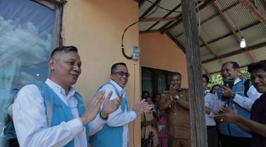 PLN melakukan elektrifikasi di desa-desa Kalimantan Barat.