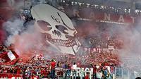 Pendukung Torino bersorak dan menyalakan suar sesaat sebelum kick-off. (Dailymail)