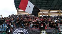 Aksi Semeton Basudewa saat mendukung Bali United di Liga 1. (Bola.com/Nandang Permana)