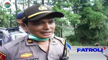 Akibat curamnya lintasan alternatif jalur mudik di kawasan Kabupaten Bandung, Jawa Barat, banyak pengendara motor yang jatuh bahkan mobil mundur lantaran tak kuat menanjak. Polisi yang bersiaga pun akhirnya melakukan aksi heroik. Seperti apa?