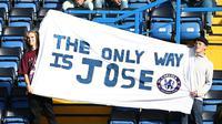 Dua suporter Chelsea membentangkan spanduk bertuliskan The Only Way is Jose di sela laga melawan Liverpool di Stamford Bridge, Sabtu (31/10/2015). (AFP/Ian Kington).