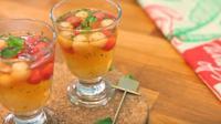Segarkan dahaga saat acara silaturahmi bersama keluarga di rumah dengan es buah yang menyehatkan.