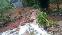 Longsor di permukiman penduduk di Kota Bekasi akibat guyuran hujan deras. (Liputan6.com/Bam Sinulingga)