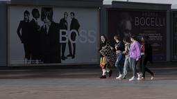 Orang-orang yang mengenakan masker terlihat di sebuah jalan di London, Inggris (12/11/2020). Inggris melaporkan 33.470 kasus baru COVID-19, yang merupakan peningkatan harian tertinggi sejak pandemi merebak, menurut data resmi yang dirilis pada Kamis (12/11). (Xinhua/Han Yan)