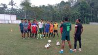 Dua pemain Persis Solo, Joko Susilo dan Tri Handoko saat memberikan arahan kepada anak didiknya di desa Punung, Pacitan Jawa Timur. (Bola.com/Vincentius Atmaja)