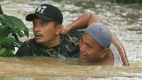 Seorang warga yang hampir terbawa arus banjir, berhasil diselamatkan oleh Sertu Waki. Padahal korban sempat terseret sejauh lima ratus meter.