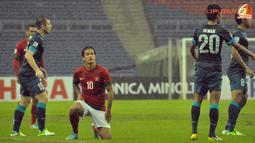 Pemain Indonesia, Irfan Bachdim bangkit kembali setelah mendapat pelanggaran keras dari pemain Singapura dalam  Laga Piala AFF Suzuki 2012 antara Indonesia vs Singapura di Stadion Bukit Jalil, Kuala Lumpur, Malaysia, Rabu 28 November 2012. Pertandingan di