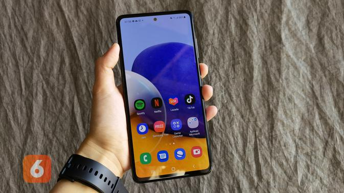 Tampilan Galaxy A72 smartphone Rp 6 juta yang hadir dengan layar Super AMOLED 6,7 inci dan refresh rate layar 60Hz (Liputan6.com/ Agustin Setyo W)