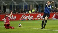 Kapten Inter Milan, Mauro Icardi melakukan tembakan ke gawang Cagliari pada lanjutan Serie A di San Siro stadium, Milan, (17/4/2018). Inter menang 4-0. (AP/Antonio Calanni)