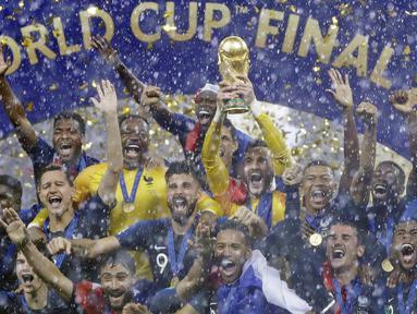 Para pemain Prancis melakukan selebrasi usai menjuarai Piala Dunia dengan mengalahkan Kroasia pada laga final di Stadion Luzhniki, Moskow, Minggu (15/7/2018). Prancis menang 4-2 atas Kroasia. (AP/Matthias Schrader)