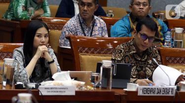 Menteri Pariwisata dan Ekonomi Kreatif Wishnutama Kusubandio (kanan) dan Wakil Menteri Angela Tanoesoedibjo rapat kerja dengan Komisi X DPR di Kompleks Parlemen, Jakarta, Kamis (7/11/2019). Ini merupakan rapat perdana Kementerian Pariwisata dan Ekonomi Kreatif bersama DPR. (Liputan6.com/JohanTallo)