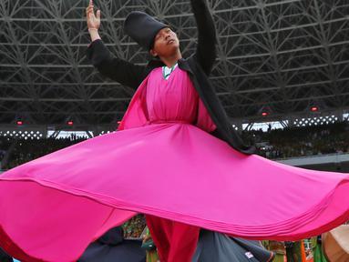 Penampilan penari sufi saat memeriahkan Harlah ke-73 Muslimat NU di SUGBK, Jakarta, Minggu (27/1). Penampilan 999 penari sufi ini mencetak rekor dunia. (Liputan6.com/JohanTallo)