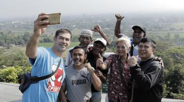 Legenda olahraga Indonesia foto bersama di Yogyakarta, Rabu (18/7/2018). Mereka kembali dipertemukan dalam rangkaian acara kirab obor Asian Games 2018. (Bola.com/M Iqbal Ichsan)