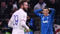 Pemain Juventus Cristiano Ronaldo (kanan) bereaksi saat bertanding melawan Lyon pada leg pertama babak 16 besar Liga Champions di Stadion Parc Olympique Lyonnais, Decines-Charpieu, Perancis, Rabu (26/2/2020). Lyon menang 1-0. (FRANCK FIFE/AFP)