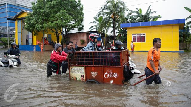 Jasa Gerobak Untuk Melintasi Banjir Jakarta Pusat